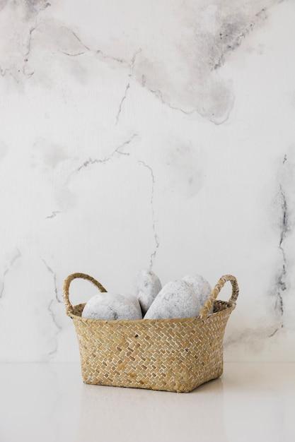 Cesta na mesa com mármore backgrount e cópia espaço Foto gratuita