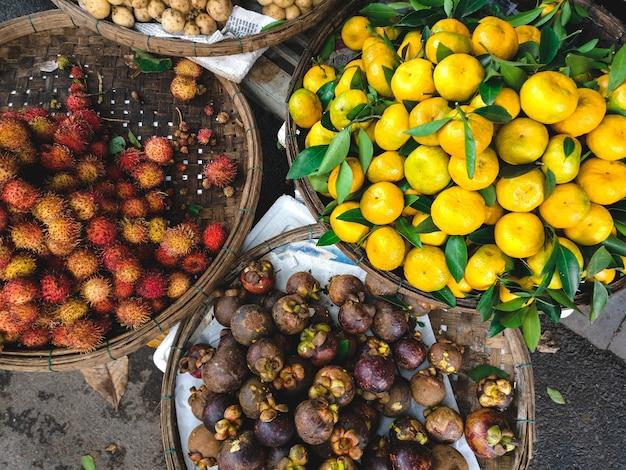 Cestas de rambutan, mangostão e tangerinas aéreas Foto gratuita