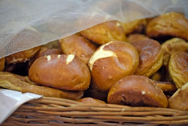 Cestas de vários pães no mercado brasileiro Foto Premium