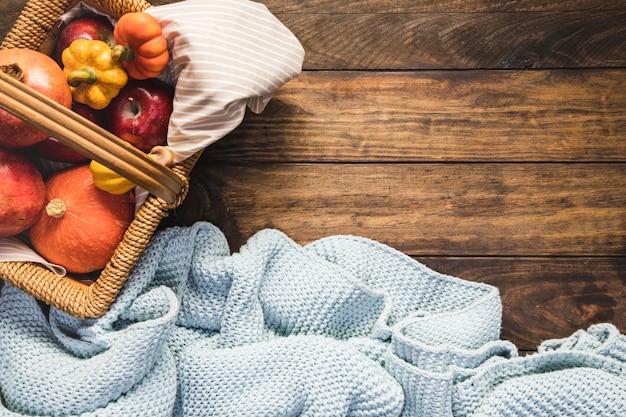 Cesto de piquenique plano com manta Foto gratuita