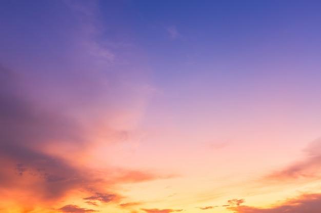 Céu alaranjado com branco Foto Premium