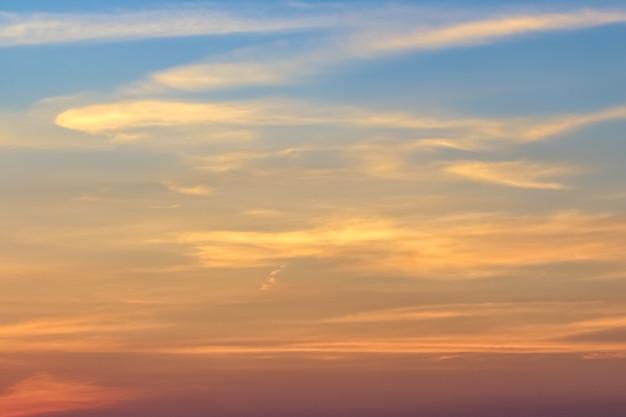 Céu azul claro com nublado como papel de parede de fundo, papel de parede de céu pastel Foto Premium