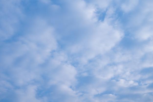 C U Azul Claro Natural Com Algumas Nuvens Para Plano De Fundo Ou