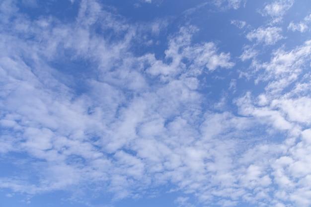 Céu azul com nuvens brancas em dia ensolarado Foto Premium