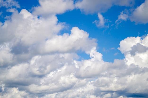 Céu azul com nuvens brancas. Foto Premium