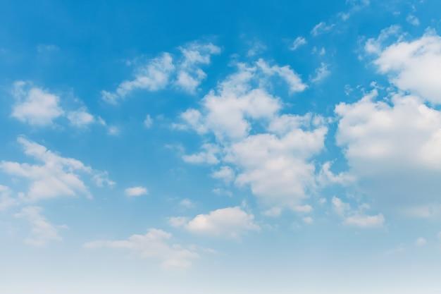 Céu azul com nuvens brancas Foto Premium