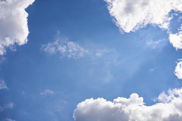 Céu azul com nuvens fofas brancas Foto Premium
