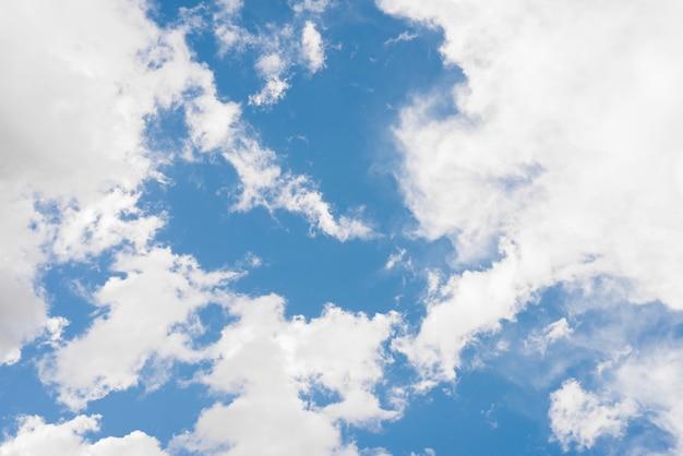Céu azul com nuvens Foto gratuita