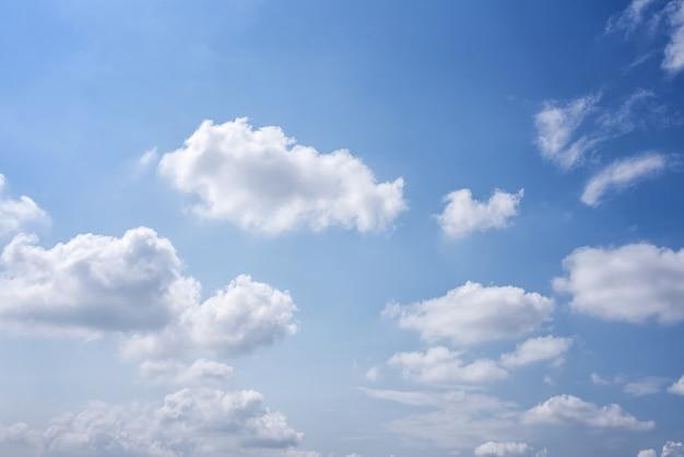 Céu azul com nuvens Foto Premium