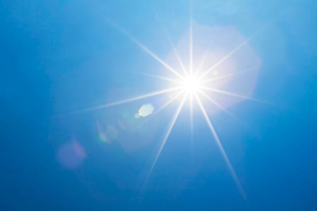 Céu azul com raios brilhantes da luz do sol e do feixe luminoso ou do sol. Foto Premium
