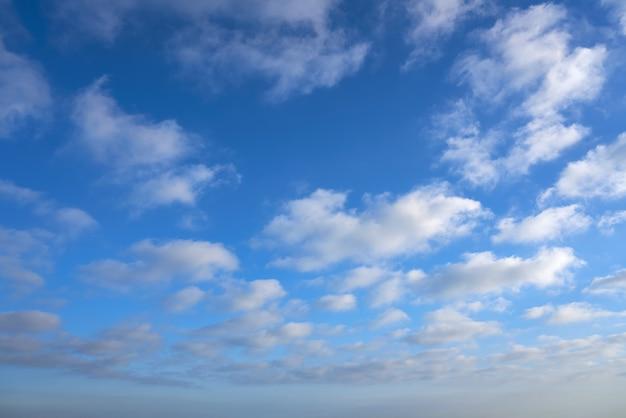 Céu azul de verão com nuvens brancas Foto Premium