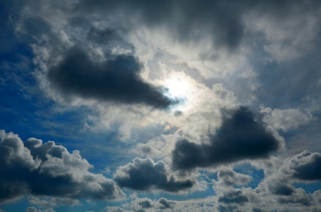 Céu azul dramático com nuvens cinzentas Foto Premium