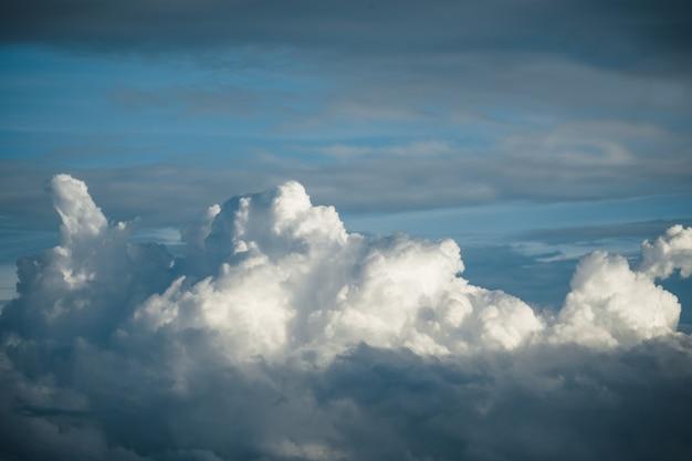 Céu azul dramático com nuvens grandes Foto Premium