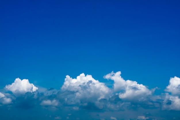 Céu azul e linha de nuvem de heap e céu claro Foto Premium