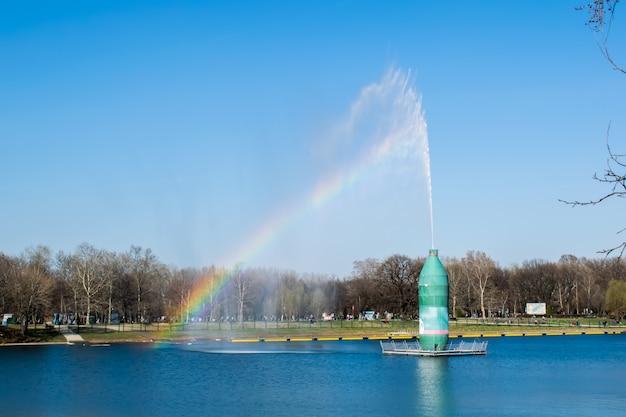 Céu azul e nuvem branca com luz solar e arco-íris Foto Premium