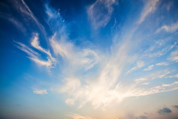 Céu azul e nuvens brancas Foto gratuita
