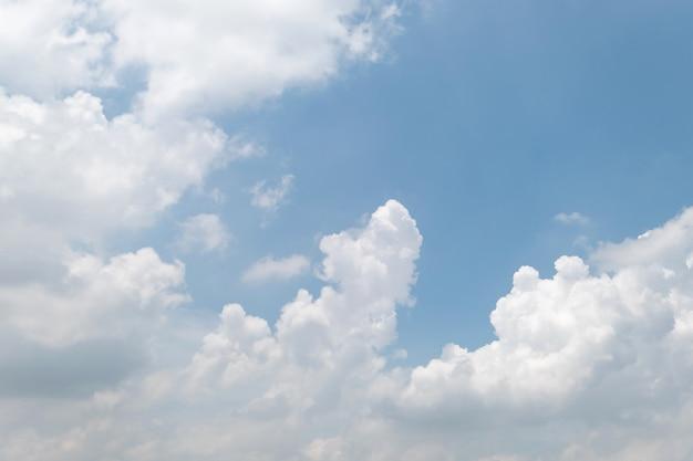 Céu azul e nuvens brancas Foto Premium