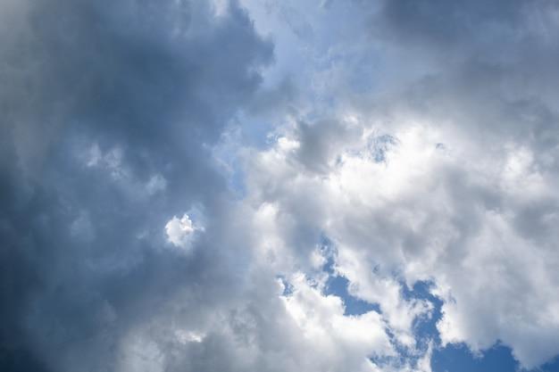 Céu azul nublado e tempestade Foto Premium