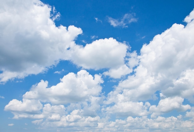 Céu azul nublado Foto gratuita