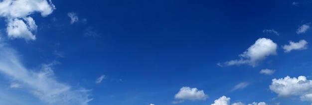 Céu azul panorâmico com nuvens Foto Premium