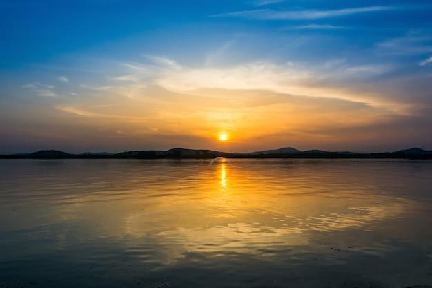 Céu colorido ao pôr do sol no lago Foto gratuita