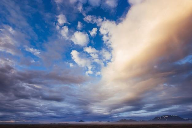 Céu colorido com fundo de sol nas montanhas. pôr-do-sol nascer-do-sol Foto gratuita