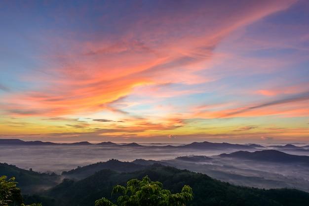 Céu colorido com montanhas em hatyai, tailândia Foto Premium