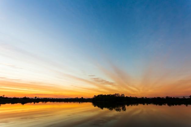 Céu colorido dramático com nuvem ao pôr do sol Foto Premium