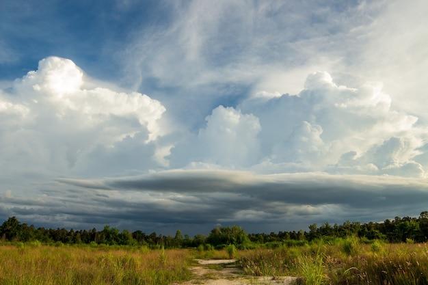 Céu de tempestade com trovões nuvens de chuva Foto Premium