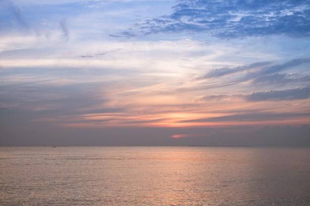 Céu do por do sol com crepúsculo no fundo da praia. Foto Premium