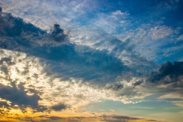Céu do sol laranja ardente. céu, em, um, bonito, amanhecer, luz Foto Premium