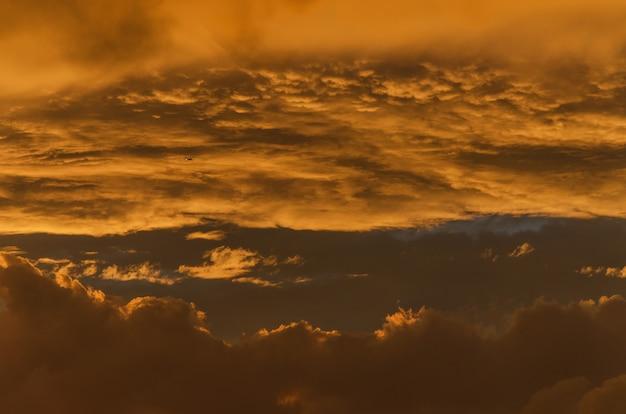 Céu dourado dramático no fundo do pôr do sol Foto Premium