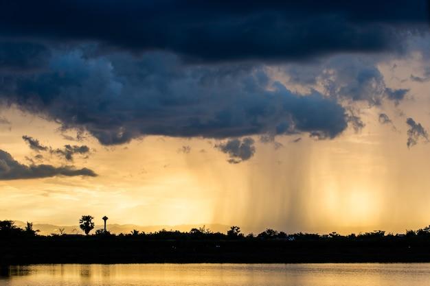Céu dramático colorido com a nuvem no por do sol. Foto Premium