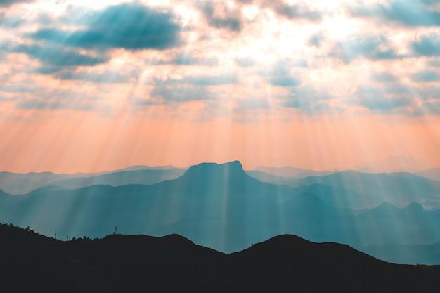Céu dramático colorido com nuvem ao pôr do sol Foto Premium