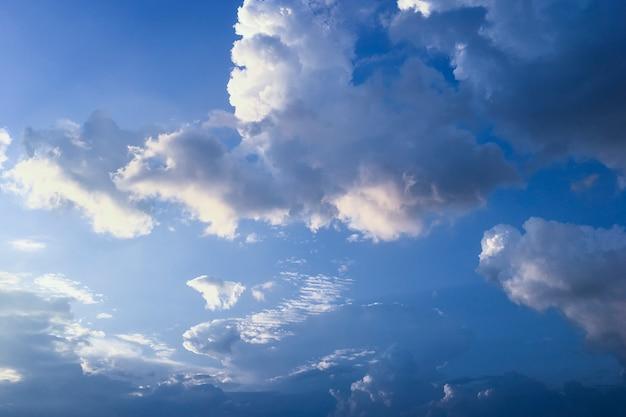Céu dramático com nuvens antes da chuva. Foto Premium