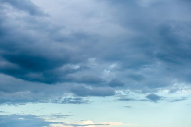 Céu dramático com nuvens ao pôr do sol Foto Premium