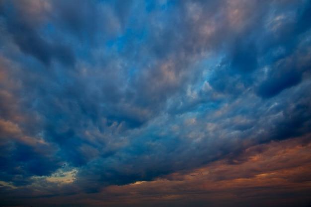 Céu dramático com nuvens tempestuosas no pôr do sol Foto Premium