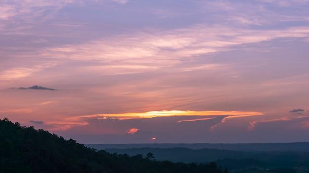 Céu dramático na noite tempo bela cor para o fundo da natureza Foto Premium