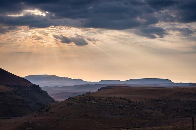 Céu dramático, nuvens de tempestade e raios de sol sobre vales, desfiladeiros e montanhas da majestosa mesa. Foto Premium