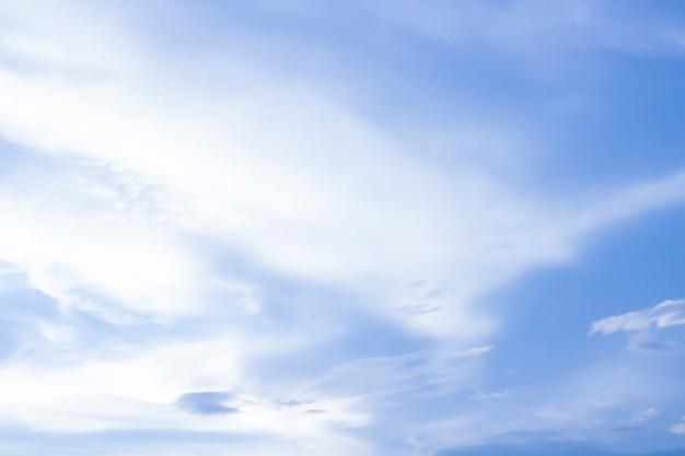 Céu e nuvem macia com filtro de cor pastel e textura grunge, abstrato da natureza Foto Premium