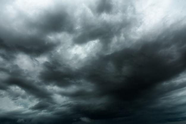 Céu escuro e nuvens negras antes do chuvoso, nuvem negra