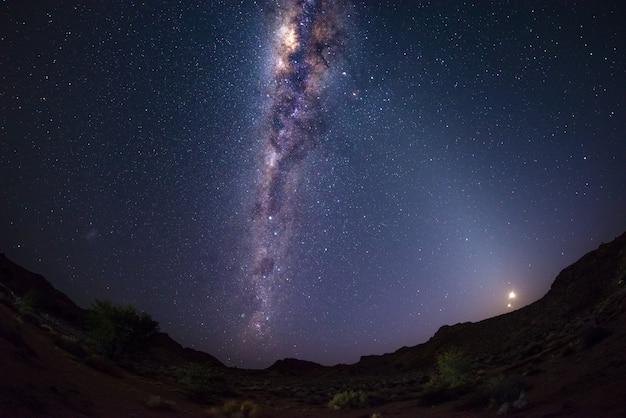 Céu estrelado, e, maneira leitosa, arco, com, lua, em, a, deserto namib, em, namíbia, áfrica Foto Premium