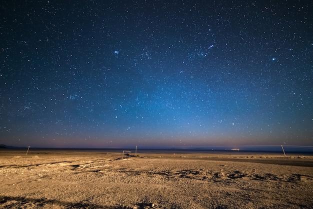 Céu estrelado nas terras altas andinas desérticas, bolívia Foto Premium