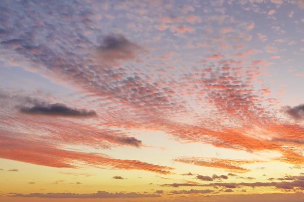 Céu lindo pôr do sol de verão com nuvens incríveis Foto Premium