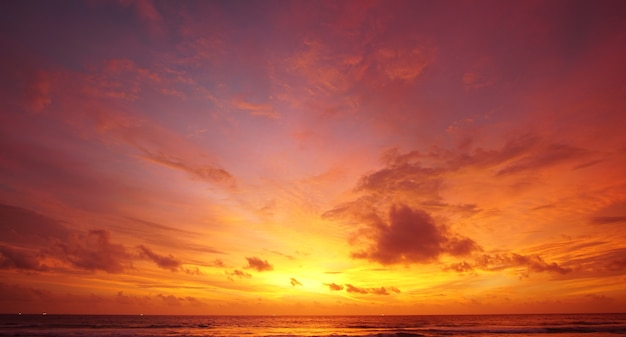 Céu lindo pôr do sol na praia Foto Premium