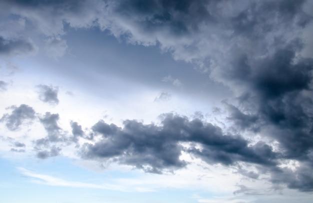 Céu nublado com nuvens de chuva cobriu o céu Foto Premium