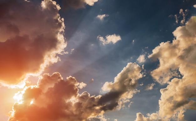 Céu nublado e nascer do sol brilhante no horizonte. Foto Premium
