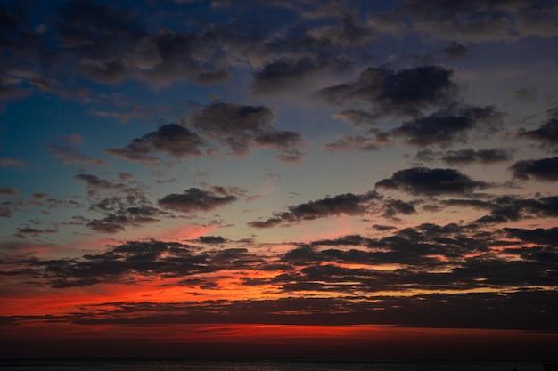 Céu nublado em um pôr do sol no mar Foto gratuita