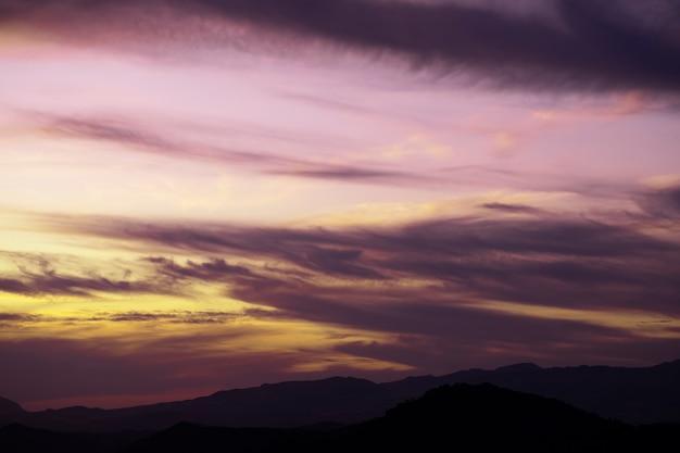 Céu nublado roxo com fundo de espaço de cópia Foto gratuita