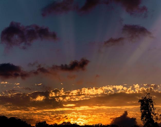 Céu, por do sol azul, alaranjado e amarelo brilhante das cores. Foto Premium